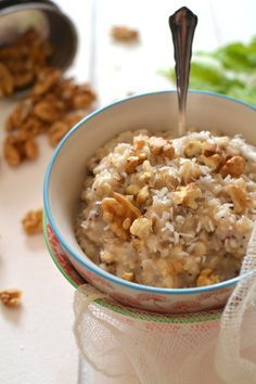 porridge aux flocons d'avoine et lait de coco ou lait d'amande et noix de coco rapé, graines de sésame, noix...