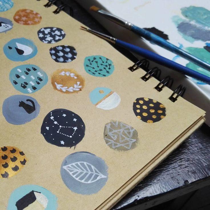 Cet après-midi : quelques recherches pour de futurs boutons peints à la main... #workinprogress #tinyillustration #tryingnewthings