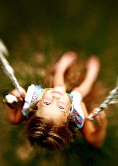 Little girl on a swing Toni Kami ~•❤• Bébé •❤•~  Clever child photography idea