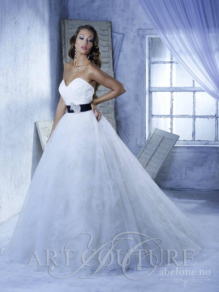Prinsessebrudekjole med stort skjørt Art Coutoure. Nydelig brudekjole i enkelt snitt. Hjertetopp og sort belte i livet. Tyll brudekjole med tyllrosetter under tyllen.  På Lager...