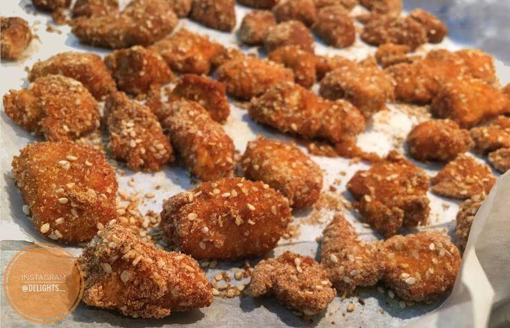 Bocconcini di pollo, o nuggets, preparati in versione light e speziati alla paprika e semi di sesamo. Un finto junk food in chiave salutare!