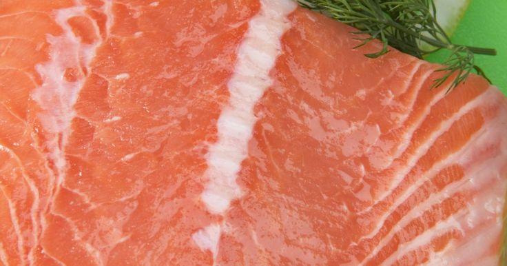 Como assar filé de salmão em folha de papel alumínio. Filés de salmão contêm grande quantidade de ácidos graxos ômega-3. O salmão pode se desmanchar ao ser cozido e grudar na grelha se você não untá-la corretamente. Grelhar o filé de salmão em folha de papel alumínio evita que ele caia na grelha. O papel alumínio também retém o suco e mantém o calor para que o peixe cozinhe completamente e continue ...
