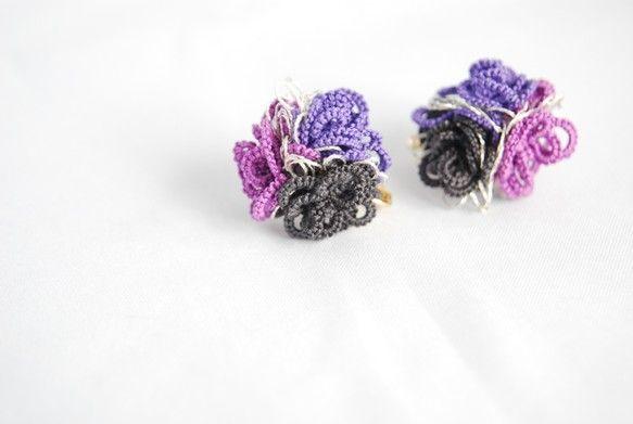 tatting laceという技法で編んだモチーフです耳元に小さなレースのアシンメトリーなお花ブーケ優しい女性らしさをぐっとひきだします◆配色 パープル 赤紫...|ハンドメイド、手作り、手仕事品の通販・販売・購入ならCreema。