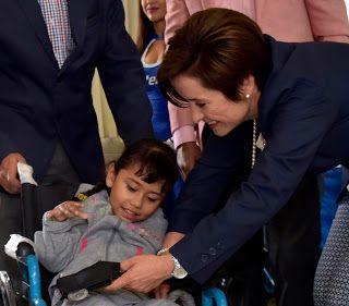 YOLANDA RAMÍREZ DE OROZCO ENTREGÓ SILLAS DE RUEDAS