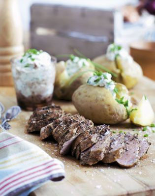 Imponér gæsterne med denne opskrift, der egner sig fortrinligt til en menu med flere retter, da det meste passer sig selv i ovnen eller kan laves på forhånd, og der derfor er tid til at nyde forretten med sine gæster