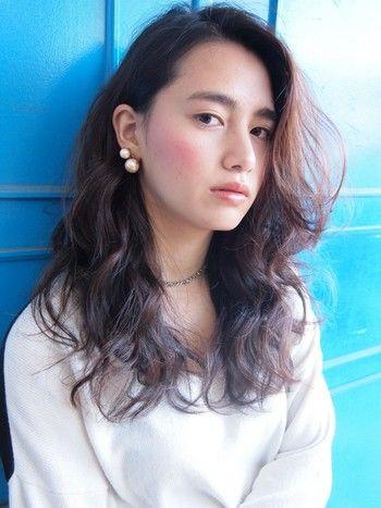 かきあげ前髪で女性らしく。 ゆるく巻いて前髪を反対側から持ってくるだけで完成するスタイリング。