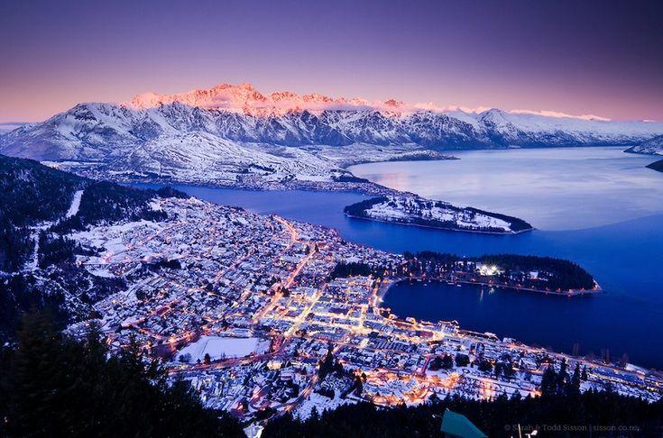 Куинстаун, Новая Зеландия Квинстаун построен вокруг красивого озера Уакатипу, откуда открывается захватывающий вид на горы Уолтер-Пик и Ремаркаблс.