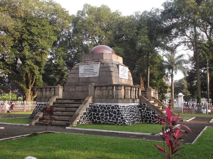 Lingga Monument is an iconic landmark of Sumedang, Jawa Barat. The monument was built and established in 1922 by Dutch East Indies Government. Prince Soeriaatmadja (1883-1919), the former regent of Sumedang was the one who is being honored by the structure.