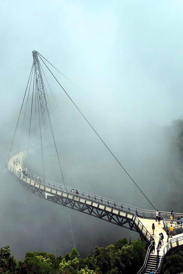 Langkawi Sky Bridge inInsel Langkawi, Malaysia - ist eine 125 m lange gekrümmte Fußgängerschrägseilbrücke und 700 m überMeeresspiege