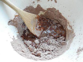 Dnes si upečeme oblíbený dezert - krtkův dort aneb čokoládový kopec naplněný smetanovým krémem a banány. Přípravu usnadní FOTONÁVOD.