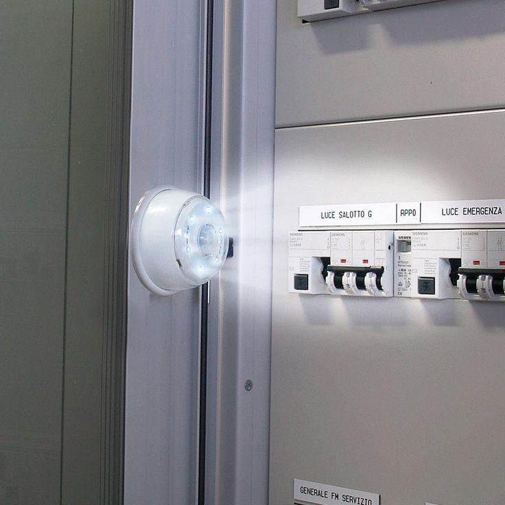Si attiva quando percepisce un movimento fino a 3 metri di distanza, questa pratica luce magnetica dotata di 6 potenti luci a LED bianchi di lunga durata (fino a 80.000 ore!).  La luce è senza fili, facilissima da installare, e si spegne da sola, dopo un periodo di tempo regolabile (20, 60 o 90 secondi). Puoi anche scegliere il livello di luminosità dei LED.  Molto pratica nei ripostigli, negli armadi, accanto al quadro elettrico, ecc..  Il supporto può essere anche montato a parete con…