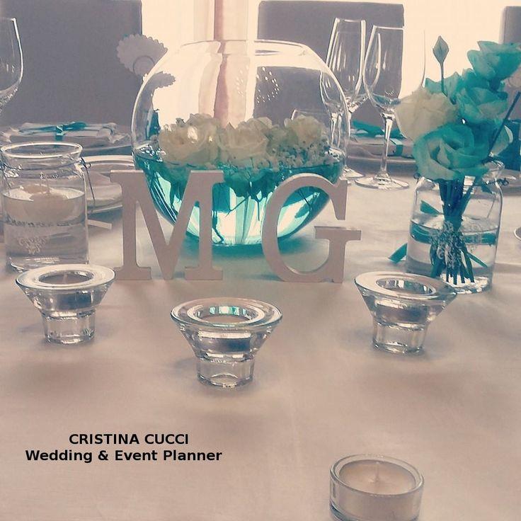 Tavolo degli sposi impreziosito da acqua e fiori color tiffany :)