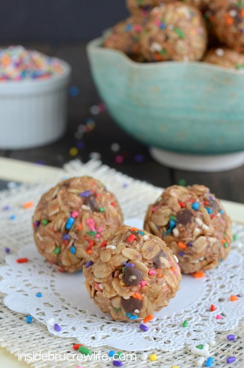 Skinny Peanut Butter Granola Bites from www.insidebrucrewlife.com - healthy NO BAKE granola bites are perfect to snack on each day