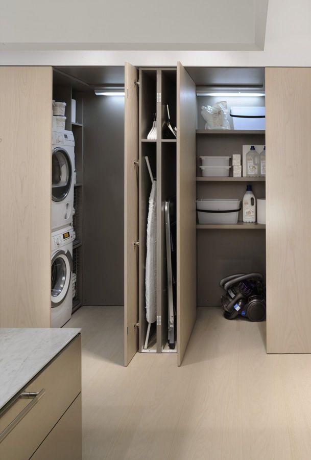 En el lavadero hay dos lavadoras, una secadora, una plancha y otros objetos para la limpieza de la casa.