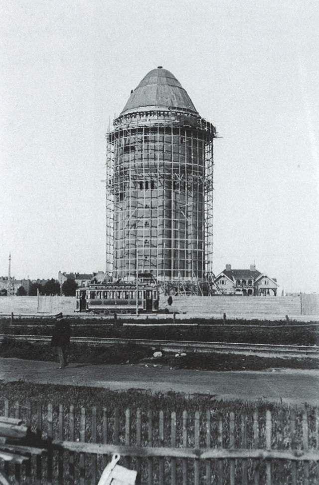 Södervärns vattentorn under uppbyggnad, med 1:ans spårvagn i förgrunden. FOTO: Malmö VA-verkets arkiv (ur boken Malmö - den törstande staden).
