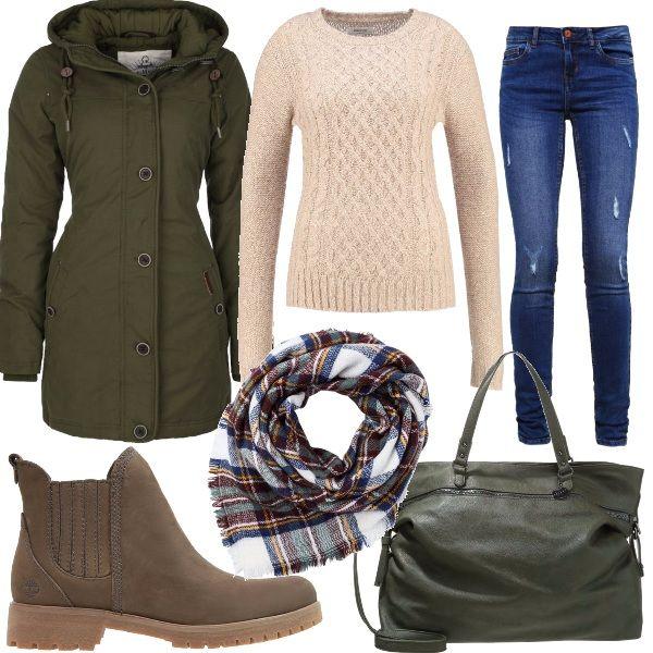 Un look pensato per una passeggiata in montagna, composto da un jeans slim fit blu, pullover beige, parka verde oliva, stivaletti. Come accessori ho abbinato una borsa verde ed uno scaldacollo che richiama i colori dell'outfit.