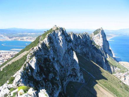 Upper Rocks - Gibraltar      . Au sud de la péninsule ibérique, se trouve un petit morceau de terre de 6km2. Vous vous croyez en #Espagne, mais ne vous fiez pas au soleil. Ici, l'atmosphère a quelque chose de so british. Même les #macaques ont pris des airs d'aristocrates… Oui ! -vous avez bien lu- les macaques. Ils sont les seuls d'#Europe à être en liberté, sur le rocher Upper Rock de #Gibraltar qui appartient au Royaume Uni.