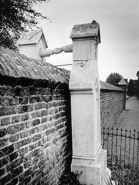 """Grafmonument in Roermond, bekend als graf met de handjes. Katholieke vrouw en Protestantse man mochten niet op hetzelfde kerkhof  begraven worden. Beide kerkhoven waren gescheiden door een muur. ( zie Google  """"graf met de handjes"""" met veel meer info. Elly)"""