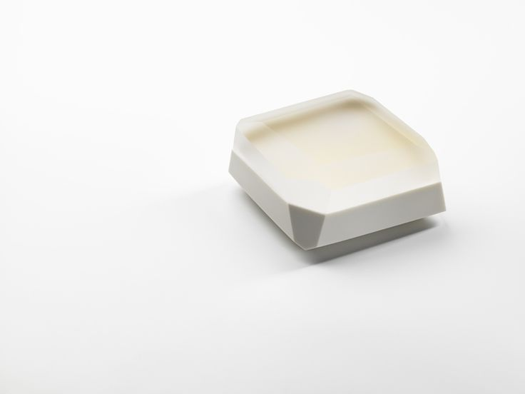 Andrea Walsh / Large Faceted Box / Porcelain with 22ct Burnished Gold and Clear Glass Lid / Courtesy Galerie Mouvements Modernes
