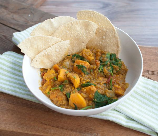 Deze Indiase curry met zoete aardappel en rode linzen is makkelijk om te maken, snel klaar en ontzettend lekker. Lekker met naanbrood of papadums.