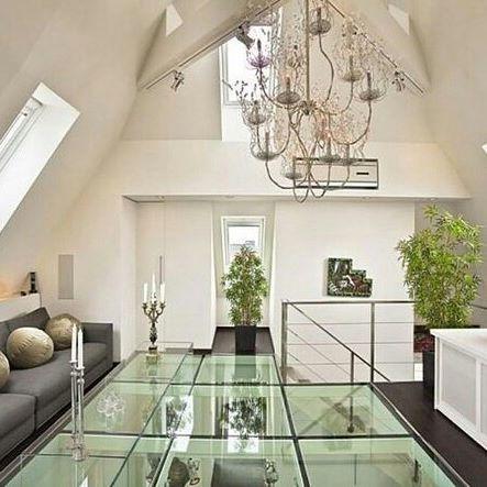 Zoom sur le plancher en verre attention à ceux qui ont le vertige ce sol en verre apporte beaucoup de luminosité et de modernité à la maison