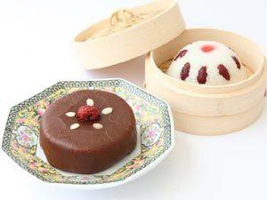 春節のおめでたいスイーツ 八宝飯&甜年米羔 左が「甜年米羔(テンニィェンカオ)」、右が「八宝飯(パーポーファン)」。春節を彩る可愛らしい中華菓子。