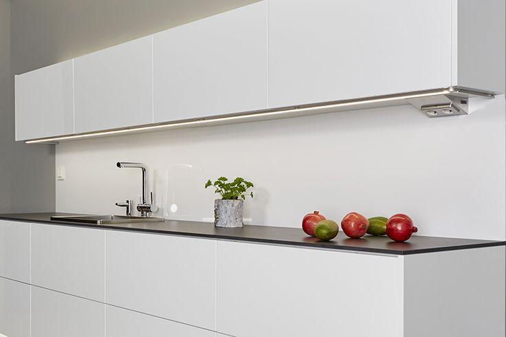 LIMENTE LED LINEA  Monipuolinen lyhennettävissä oleva työ- ja tunnelmavalaisin, jota voidaan käyttää keittiön työskentelyvalaistuksen lisäksi epäsuorana valona peilien takana, sokkeleissa, katoissa yms. Valo on tyylikkään jatkuva ilman valon katkaisevia liitoskohtia. - Elegant and versatile list-like light. List hides inside clear LED-strips and provides even and coherent light.