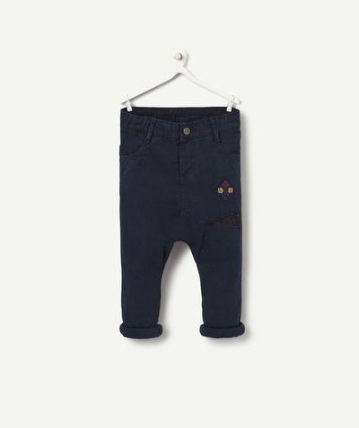 LE PANTALON LARGE PATCHS  :                     On aime ce pantalon effet sarouel pour un confort absolu ! Super sympa les petits patchs pour compléter la tenue !             LE PANTALON, boutons pressions, revers, patchs.