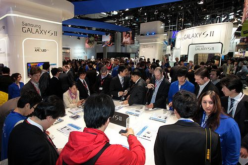 Samsung Electronics has set up a booth showing off Galaxy SⅡ at MWC.