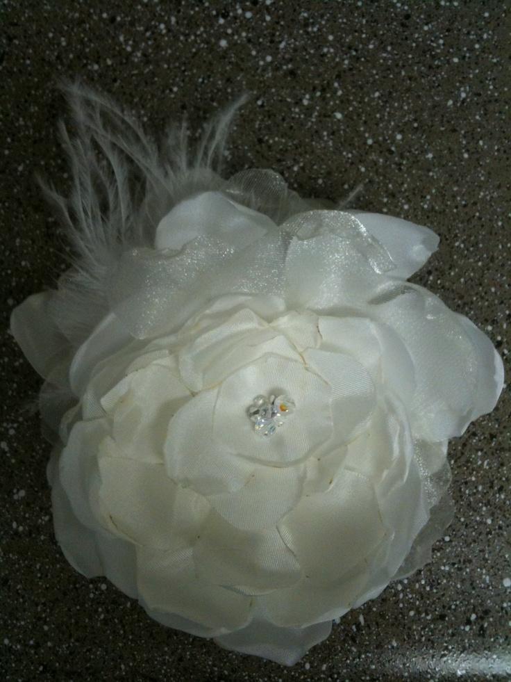 Wedding hair fascinator. #fascinator #hair #flower #feathers