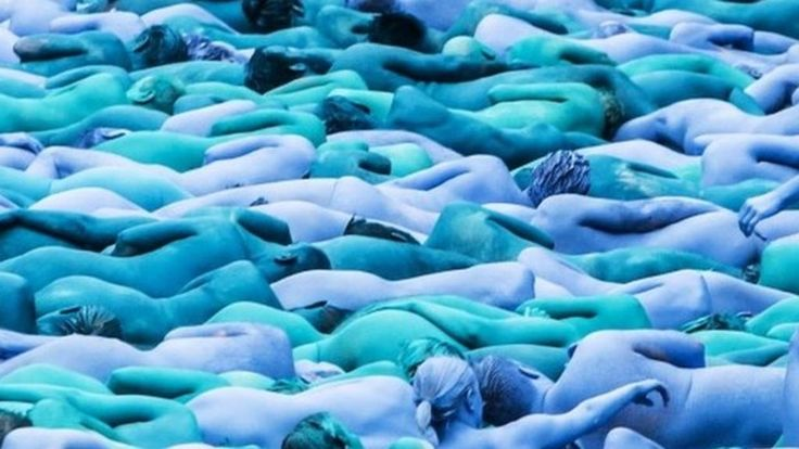 More than 3,000 people strip naked in Hull and are painted blue for a Spencer Tunick photo shoot to mark the City of Culture festival.