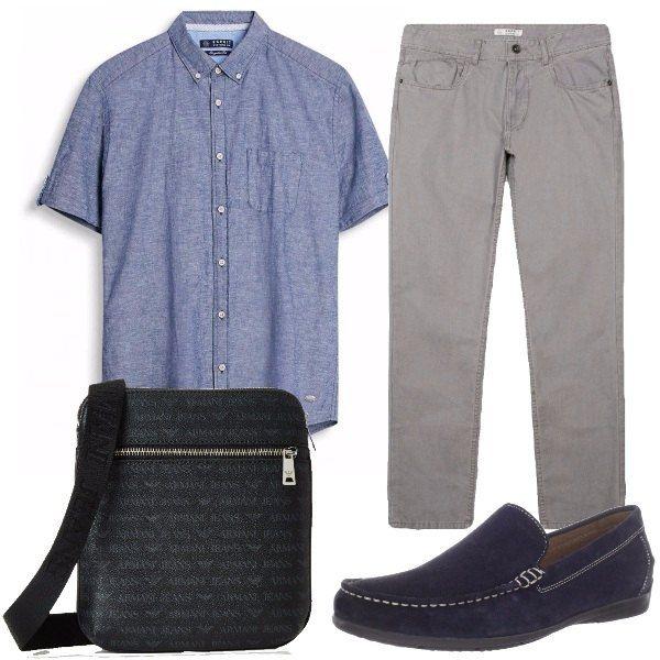 Semplice camicia a maniche corte, colletto abbottonato, pantaloni grigi di cotone, mocassini leggeri blu e borsello a tracolla firmato con piccoli logo. Comodi e griffati.