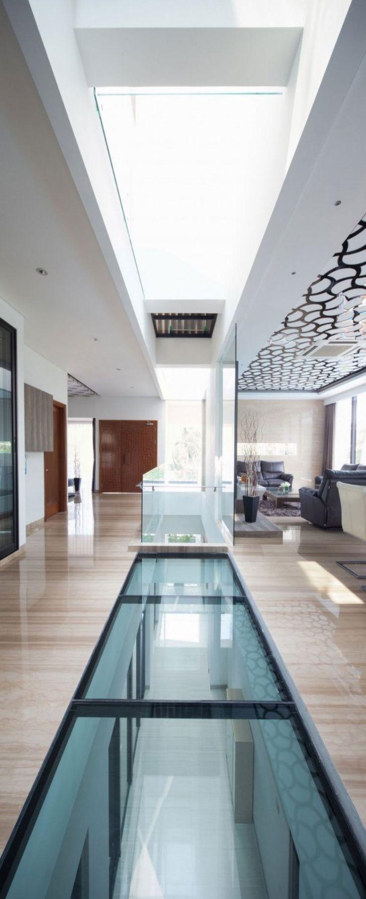 faux plafond design avec puits de lumière, sol en carrelage aspect marbre assorti