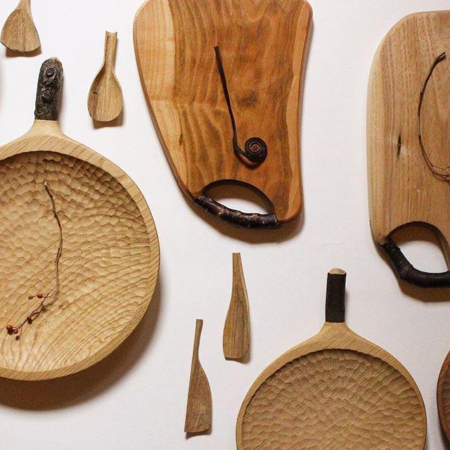 """. . 今日は""""木""""の気分 植物を見るのとおんなじで 木に触れるとなんだか落ち着きます . 木がすこし楽しく音を奏でているようなそんな感じ . . #工房ぐるり 関西初の取り扱い店 #木工 #木工品 #木皿 #木の器 #うつわ #カッティングボード #まな板 #トレー #woodwork #crafts #craftsmanship #homeware #handmade #tableware #dish #minimaldesign #有機的 #design #インテリア #art #チニアシツケル #雑貨店 #道具屋 #暮らしの道具 #暮らしを楽しむ #京都 #京都三条 #kyoto"""