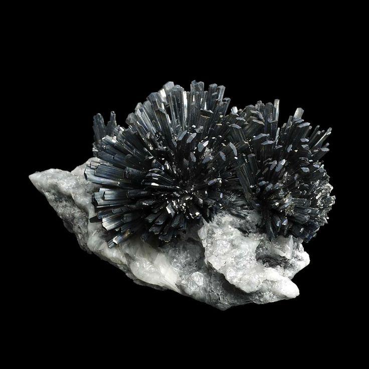 Antimonit -  jinak také sulfid antimonitý s tvrdostí 2, je rudou, jehož krystaly jsou prizmatické a často rýhované rovnoběžně s prizmatickými hranami. Má olověně šedou až ocelově šedou barvu, povrch je často pokrytý černou irizující vrstvou oxidů.