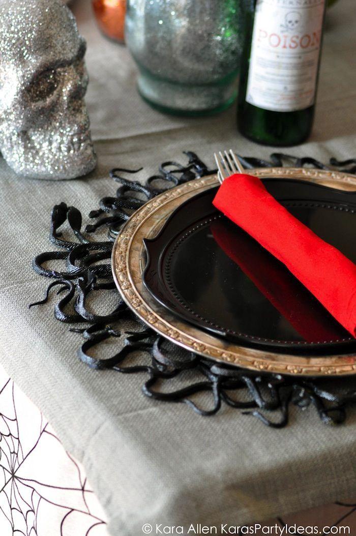 Awesome Snake Plate Charger! DIY Tutorial! Creepy for Halloween! Table runner and other halloween decor, too! Via Kara Allen | KarasPartyIdeas.com
