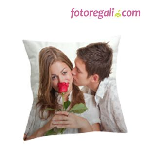 IDEA REGALO N.7 - Regala alla tua partner un morbidissimo cuscino in tessuto dainetto personalizzato con le vostre foto. Lo trovi qui:   http://www.fotoregali.com/cuscino-dainetto.aspx