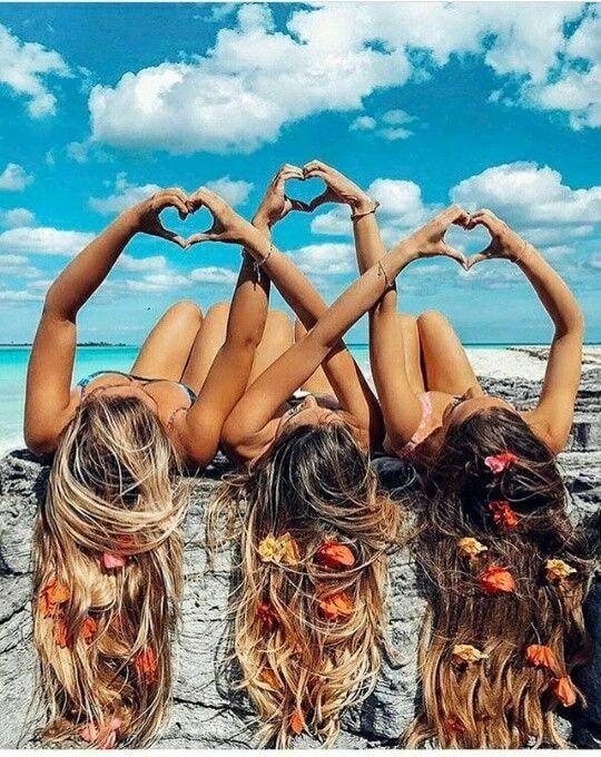 A imagem pode conter: uma ou mais pessoas e céu | Colocar mensagens mãos. | Fotos criativas com amigas, Fotos de melhores amigas e Fotos de amigos