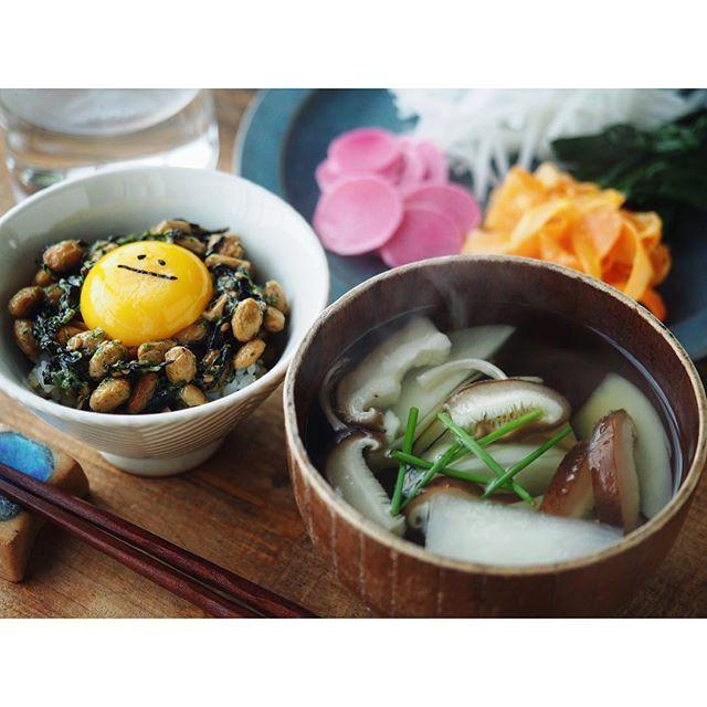 fujifab12 on Instagram pinned by myThings 朝ごはんも、本当は試作しようと思ったのですが 三食仕事にしてしまうと身体が求めてるものが分からなくなってしまうので 台所に立ってから、食べたいものを作りました。 …結果…笑ってない#スマイルなったま(なぜだ) とカブと椎茸、縄文ねぎのお吸物、たっぷりお野菜プレート☺️ 茅乃舎の出汁パックで取ったお出汁に、農協さんで買ったねぎと椎茸、栽培してる縄文ねぎ、沖縄の粗塩をひとつまみ。 カブの皮も椎茸の軸も入れました。  意味分からんくらい美味しかったです。  いやはや。 やはり食べたいものを体に聞くのが一番だな〜 そして、素材の味が一番だな〜…