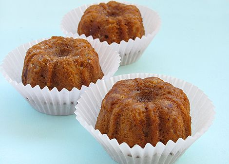 my new found dessert obsession baby bundt cakes.. these caramel ones look yummy...must buy pan to make these.