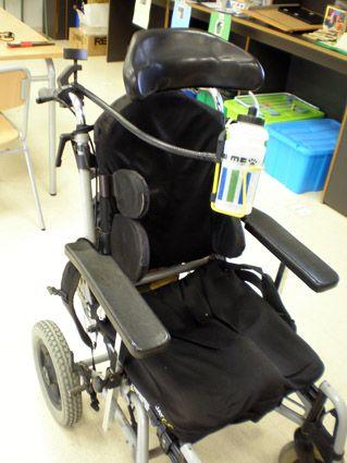 El autobebedor es una botella de agua de las de bici con una pajita, que se engancha a la silla mediante un brazo articulado de forma que la persona con limitaciones de movilidad lo tiene siempre a su disposición y puede beber cuando quiera de forma autónoma. Ester Soler Cardona