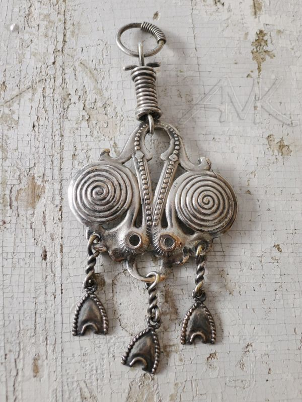 Riipus-183, karjalainen ketjunkantaja. Hopeoitu pronssi. Large old pendant by Kalevala Koru. Silver plated bronze.