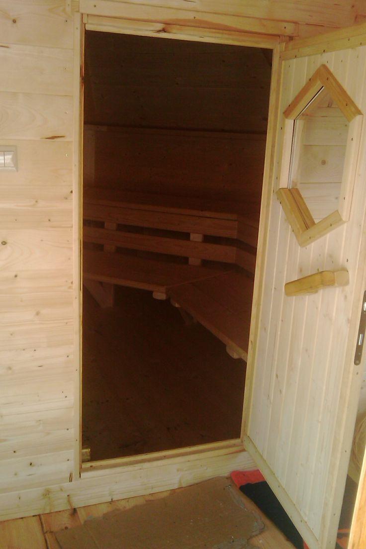 Sauna / Ruska Bania 17m2 z przedsionkiem. Może z niej korzystać jednocześnie 15 osób, w tym 6 miejsc leżących. W przedsionku można zbudować prysznic lub wstawić beczkę na zimną wodę do schłodzenia po saunie. Więcej info na a2domki.pl