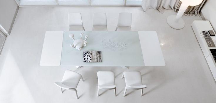 table à manger extensible de couleur blanche avec des chaises