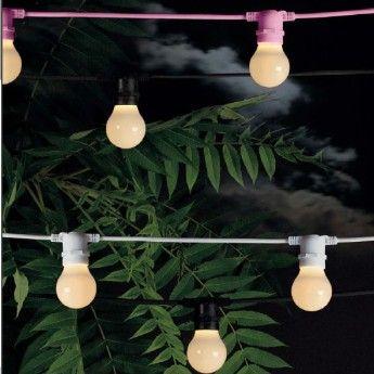 Guirlande lumineuse Bella Vista – Noir – L14,2 m – Seletti La guirlande lumineuse Bella Vista de la marque Seletti apportera une ambiance festive lors de vos soirées. Son indice de protection à hauteur d'IP44 vous permet de l'installer à l'intérieur comme à l'extérieur. Elle est conçue dans un matériau résistant aux intempéries, le caoutchouc. D'une longueur totale de 14 m, vous l'installerez le long de vos murs ou même autour d'un arbre dans votre jardin.
