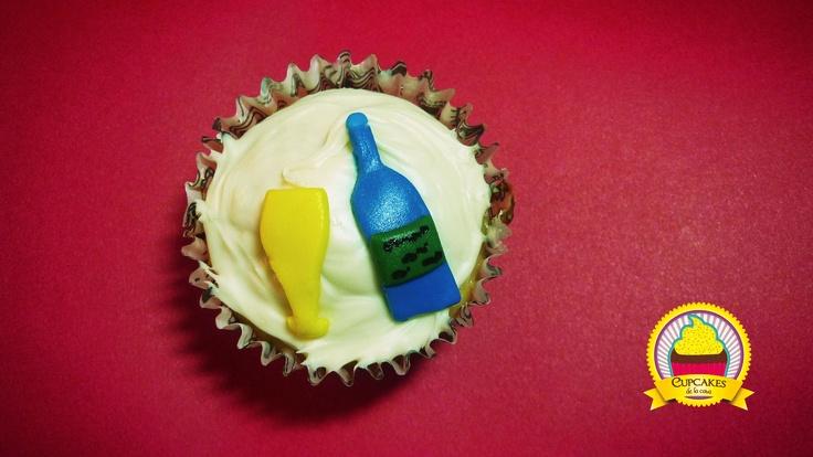 Cupcakes de vainilla, decorado con chocolate blanco y figuras alusivas al año nuevo. by cupcakes de la casa