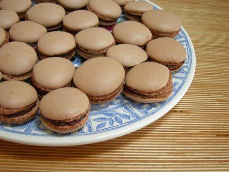 Gisteren schreef ik al over het kookboekje Macarons, en natuurlijk moest ik dat meteen uitproberen. De keuze viel op chocolademacarons, een van mijn favorieten. Hoewel, vlak pistachemacarons en frambozenmacarons ook niet uit, maar ik had pistachenootjes noch frambozen in huis en (uiteraard) wel chocolade. Dit recept is voor 40 macarons (van 3 cm doorsnee). Meng …