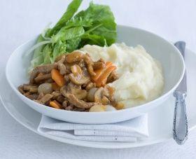 Categorie: vlees Keuken: Hollands HOOFDGERECHT - 4 PERSONEN 30 MIN. (ca. 595 kcal p.p.) Ingrediënten 1,5 kg kruimige aardappelen, geschild 5 el olijfolie 400 g varkensreepjes 1 winterpeen, in plakjes 250 g champignons, in plakjes 1 zakje mix voor jachtsaus 1 pot zilveruitjes (340 g), uitgelekt 400 g andijvie, grof gesneden 1 el rodewijnazijn 175…