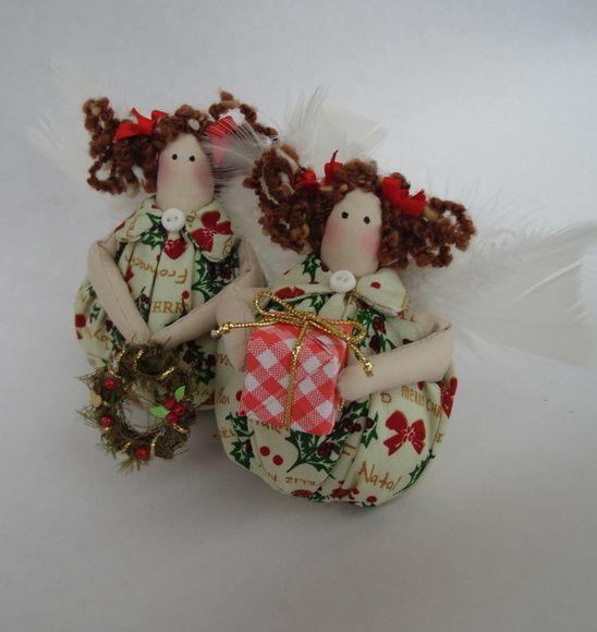 Duas lindas Tildinhas Angel Natalinas, uma segura um presentinho a outra uma guirlanda, elas juntas irão encantar o seu Natal. Atrás de sua asa ela tem um cordão para que se quiser seja pendurada na árvore de Natal. R$ 42,00