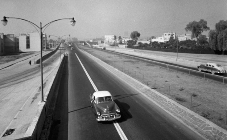 El Viaducto Miguel Alemán, visto hacia el poniente cerca del cruce con Insurgentes a finales de los cincuenta. Del lado izquierdo está la colonia Nápoles y a la derecha la Escandón, un rumbo muy transitado en la actualidad. Imagen: Life Magazine